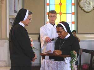 Grupo de Irmãs Apóstolas professam os Votos Religiosos